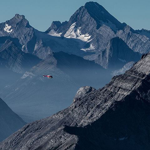 Helikoptervlucht boven de Three Sisters in Canmore