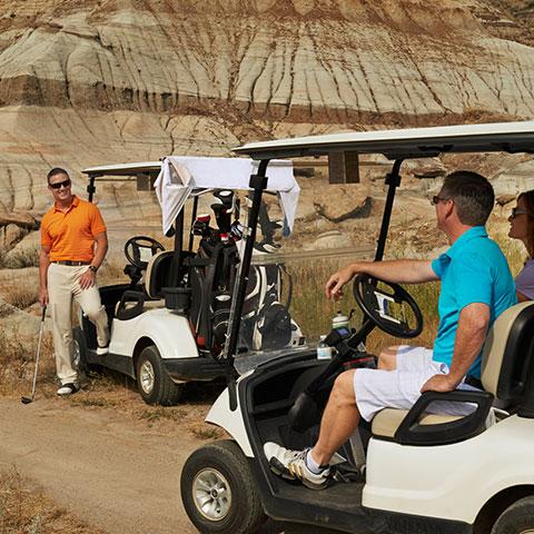 ドラムヘラーでゴルフをするグループ