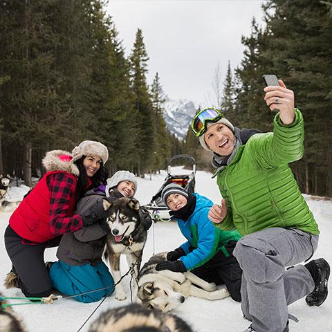Familiefoto met hondenslee, Kananaskis