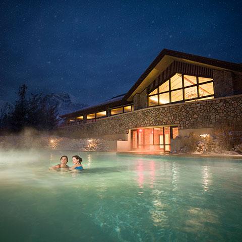 Familia nadando en Jasper Park Lodge