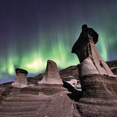 Hoodoo's en noorderlicht in de buurt van Drumheller in the Canadese Badlands