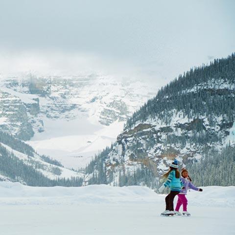 Patinaje sobre hielo en Lake Louise en Banff National Park, Canadian Rockies