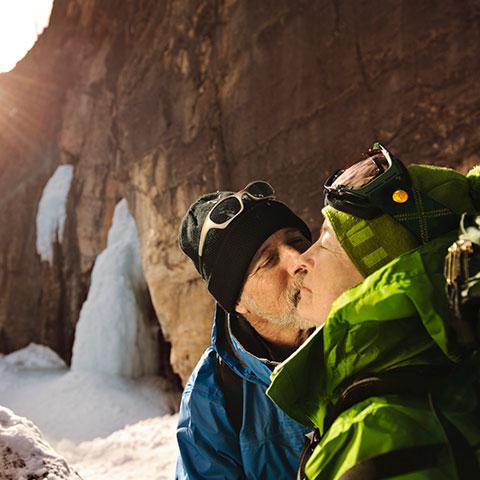 Caminata sobre hielo en Grotto Canyon en Canmore, Alberta