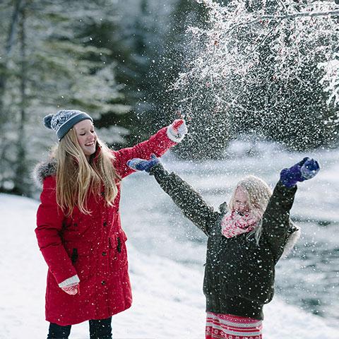 Spelen in de sneeuw, Spray River, Banff